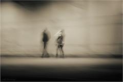 Una llamada inesperada - An unexpected call (José Santiago [Fotografia Creativa]) Tags: josesantiago fotografiacreativa josansaru nikonistas nikon d90 movimiento moving monocromo blancoynegro virado pared gente movil personas hombre mujer pareja portforum barcelona