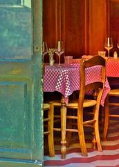 bianco, rosso e ...verdone  ! (miriam ulivi) Tags: liguria porta sedie tovaglia sestrilevante trattoria tavoli nikond3200 carruggio anawesomeshot biicchieri