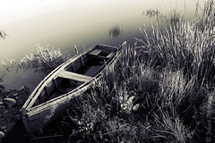 Abandono (Johan Andrianoff) Tags: bote boat bn wb virado