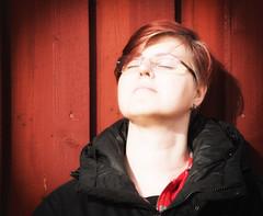 351 Warm (Helena Johansson 71) Tags: varm warm fotosondag fs170312 people portrait selfie nikond5500 d5500 nikon project365 redbackground