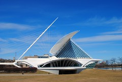 Milwaukee Art Museum (Cragin Spring) Tags: wisconsin wi midwest urban unitedstates usa unitedstatesofamerica milwaukee milwaukeewi milwaukeewisconsin city milwaukeeartmuseum museum art building architecture blue