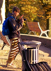 Photographer and Benches (Maxi Winter) Tags: park autumn trees people man guy fall sunshine germany fotograf photographer shadows herbst autumncolors bremen rucksack benches sonnig sonne bume mlleimer goldenhour wastebin nachmittag herbstfarben osterdeich