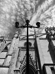 Farola a oscuras (PE TE RA) Tags: light espaa cloud luz clouds sevilla spain farola streetlight cathedral catedral seville andalucia symmetry nubes andalusia farolas nube simetria turnoff oscuras tresbrazos aagado