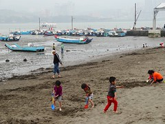 Kids And Boats At Low Tide (camike) Tags: playing kids boats beaches dschx30v