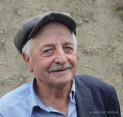 MAN FROM ALONISTENA (GREECE, PELOPONNESE, ARKADIA, ALONISTENA) (KAROLOS TRIVIZAS) Tags: portrait man face look hat person eyes expression oldman greece kangol arkadia physiognomy peloponnese alonistena tragiaska