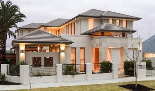 foto-fachada-de-casa-bonita-blanca-luces-encendidas-con-pequeno-muro-blanco