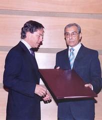 El Alcalde de Valparaíso, Abogado Sr. Aldo Cornejo González entrega el Pergamino de Ciudadano Ilustre de Valparaíso al Profesor Sr.Juan Estanislao Pérez. Martes 18 de abril de 2006.