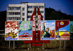 PANNEAU DE PROPAGANDE , COREE DU NORD (Eric Lafforgue Photography) Tags: voyage travel color colour war asia propaganda authority domination korea asie leadership couleur northkorea axisofevil eastasia dprk bilboards juche pannels dictature democraticpeoplesrepublicofkorea koreanpeninsula juchesocialistrepublic coreedunord rdpc insidenorthkorea