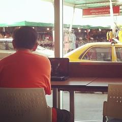 ในระหว่าง รอคุยงานกับลูกค้า คุณลุงท่านนี้ เอาเครื่องเล่นDVD แบบพกพา มานั่งดูหนัง..    ที่บ้านคงร้อนมากๆๆ แต่ก็ไอเดียดี..   ประหยัดไฟบ้าน...มีน้ำเปล่าฟรี..อีก