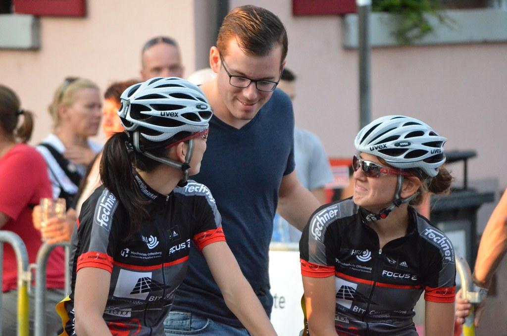 Teamchef Alexander Gut im Gespräch mit vL Jasmin Rebmann und Dorothee Lorch_Foto Elisa Haumesser