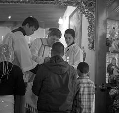 EL REMEDIO (Felipe Cárdenas-Támara) Tags: rolleiflexautomat6x6modelk4a rolleiflextlr rolleiflexjune1951march1954 misatridentina ultrafineextreme400 ultrafineasa400 colombia religión catolicismotradicional institutodelbuenpastor colegiolaalborada centro experiencial para el estudio del principio vida y la formación humanista centiritgocom felipecardenasphotography felipecárdenasphotography antropologíavisualysemiótica
