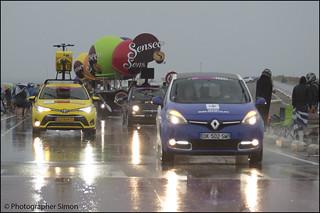 De karavaan van de Tour de France over de Brouwersdam