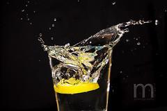 SPLASH! (Mampfred) Tags: wasser gelb splash welle glas tropfen krater nass getrnk zitrone flut fontne spritzer feucht spritzen berschwemmung einschlag