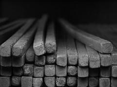 SpaNNing. (Warmoezenier) Tags: arnhem black blanco holz hout market mercado negro paal spanning white wit wood zwart