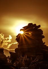 Goldeneye 1/2 (Frédéric Fossard) Tags: halo paysage nature montagne soleil lumière ombre atmosphère rayondesoleil crépuscule soir coucherdesoleil ciel nuage cairn pierre rocher contraste contrejour alpes hautesavoie signalforbes massifdumontblanc texture