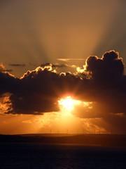 Puesta de sol sobre el Algarve. (Jesuskyman) Tags: algarve nube energasrenovables meteorologa portimao aerogenerador cumuluscongestus paisajenatural geografahumana crepsculovespertino energaslimpias energasolarfotovoltaica paisajeantrpico geografafsica geografaeconmica