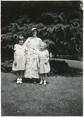 Green Nan (Margaret Wood) on the left (Gareth Wonfor (TempusVolat)) Tags: gareth tempus volat tempusvolat mrmorodo epson perfection v200 scanner scan scanned vintage scanning photographs scans photoscanner epsonperfection garethwonfor mr morodo wonfor