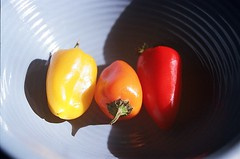 01820028-84 (jjldickinson) Tags: wood table pepper bowl olympusom1 bellpepper fujicolorpro400 promastermcautozoommacro2870mmf2842 promasterspectrum772mmuv roll460o2