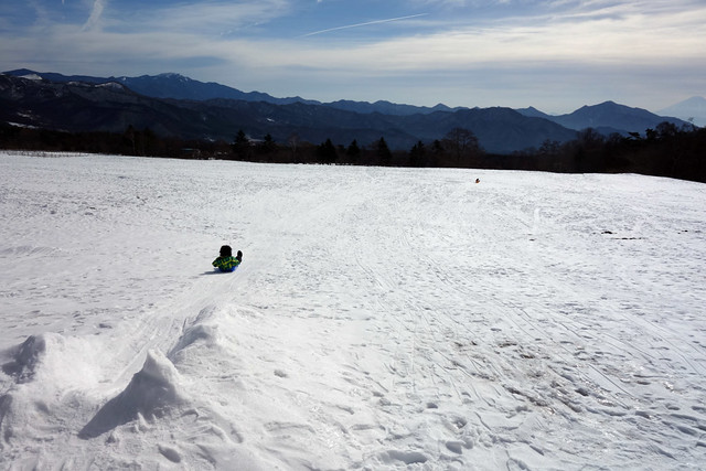 冬の清泉寮でソリなど子供と雪遊び
