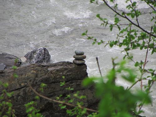20130503 11 144 Jakobus Fluß Felsen Strömung Steinpyramiden