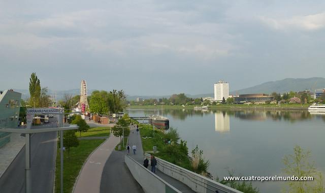 Paseo por la orilla del rio. Al fondo montando la noria del ferial