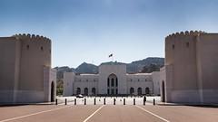 Oman // Muscat - Het  koninklijke paleis en de bijgebouwen (Rita Willaert) Tags: alalampaleis qantab sultanqaboesbinsaidalsaid oman sultanqaboes verenigdearabischeemiraten arabischschiereiland absolutemonarchie premierqaboesbinsaidalsaid sultanaatoman koninklijkpaleis westindië muscat muscatgovernorate om