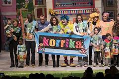 En la imagen se puede ver un momento de la actuación 'Tipi-tapa Korrika!- de Pirritx, Porrotx eta Marimotots en el Ermua Antzokia junto con personas del público.  Fotografía cedida por el fotógrafo local Óscar Blanco Gutiérrez