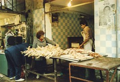 Chicken  / Hühnchen (mona_dee) Tags: people chicken israel market jerusalem streetphotography menschen markt hühnchen