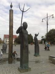 1999/2001 Rostock Neptun am Möwenbrunnen von Waldemar Otto Bronze Neuer Markt in 18055 (Bergfels) Tags: bronze brunnen skulptur 1999 rostock neuermarkt plastik neptun 19992001 fontäne klassik brunnenfigur wasserspiel beschriftet 18055 waldemarotto 1990er bergfels 20jh möwenbrunnen nach1989 skulpturenführer