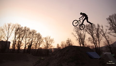 Antonin Honor (Sarah Thuault-Ney) Tags: canon jump ride naturallight wip dirt mtb 7d rider vlo bikepark millau couchdesoleil aveyron tailwhip contrejours antoninhonor duverbike millauplage