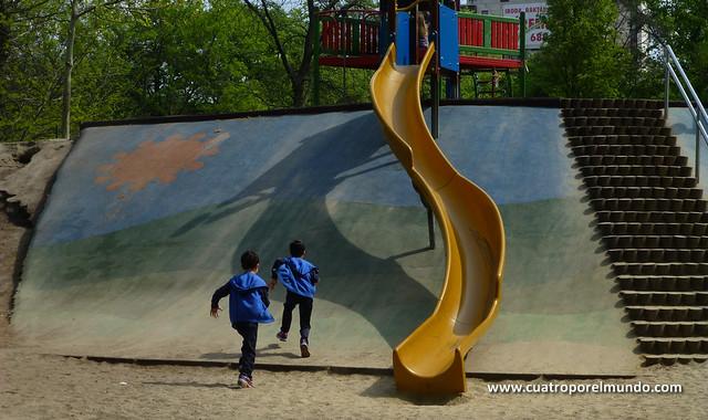 Corriendo a jugar en el parque
