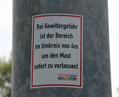 4m. (universaldilletant) Tags: signs schilder sign frankfurt 4 wie schild meter mast blitz der 4m schnell weitsprung gewittergefahr umrkeis