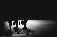 Músicos (ralcains) Tags: seville sevilla siviglia andalousia andalucia andalusia españa spain semanasanta hollyweek musicos penumbra dimness blackwhite bw blancoynegro monochrome monocromo monochromatic monocromatico schwarzweis noiretblanc analogue analogica argentica argentique film película química pushed forzado leica leicam6 m6 summicron ilford hp5 hc110 street streetphotography calle fotografiadecalle pregon greyscale