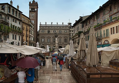 Verona (emptyseas) Tags: italy rain buildings shopping shower lights nikon market balcony statues verona bags umbrellas parasols d80 emptyseas