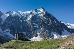 Aiguille du Midi (3842 m) au niveau de la gare intermdiaire du tlphrique | Massif du Mont-Blanc | Alpes franaises (Quentin Douchet) Tags: france montagne alpes transport cablecar sommet tph tlphrique rhnealpes chamonixmontblanc massifdumontblanc remontemcanique montblanc4810m aiguilledumidi3842m tlphriquedelaiguilledumidi