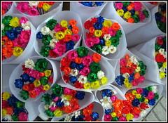 Qui veut des fleurs ?.... (LILI 296....) Tags: fleur jaune rouge vert bleu bouquet march blanc barcelone croisire canonpowershotg12 croisiremagiquemditerrane