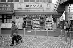 2013.12.07 Yokohama (nobring) Tags: street leica blackandwhite bw film monochrome blackwhite trix streetphotography 400tx yokohama summilux  m4    bwfp 7n4vju