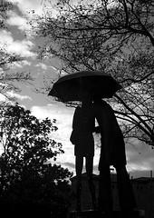 La Pareja del paraguas III (vonher) Tags: arte pareja zaragoza escultura paseo paraguas constitucion d60 nikond60 zaragozaespaa laparejadelparaguas