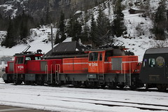 BLS Lötschbergbahn Rangierlokomotive Eea 3/3 402 und BLS Lötschbergbahn Rangierlokomotive Ee 3/3 936 134 - 6 am Bahnhof Kandersteg im Berner Oberland im Kanton Bern in der Schweiz (chrchr_75) Tags: chriguhurnibluemailch christoph hurni schweiz suisse switzerland svizzera suissa swiss kantonbern chrchr chrchr75 chrigu chriguhurni 1402 februar 2014 hurni140215 albumbahnenderschweiz bahn eisenbahn train treno zug bahnen schweizer albumblslötschbergbahn bls lötschbergbahn februar2014 albumblsdienstfahrzeuge juna zoug trainen tog tren поезд lokomotive паровоз locomotora lok lokomotiv locomotief locomotiva locomotive railway rautatie chemin de fer ferrovia 鉄道 spoorweg железнодорожный centralstation ferroviaria schnee snow neige neve 雪 winter inverno hiver