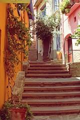 Coilloure (ewin) Tags: houses france stairs artist colours escaleras casitas coilloure