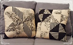 Almofadas em patchwork (Ingrid Marquardt) Tags: amiga sala preto patchwork aniversário decoração sofá almofada mãe desenho presente bege tecido irmã almofadas simétrico estampado geométrico combinando