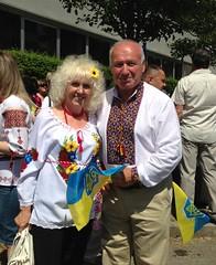 Una coppia matura (GrusiaKot) Tags: family people milan smiling milano flag crowd couples ukraine presidential elder elections ukrainian elezioni ukraina  ucraina ukrainians   immigrati migranti  presidenziali
