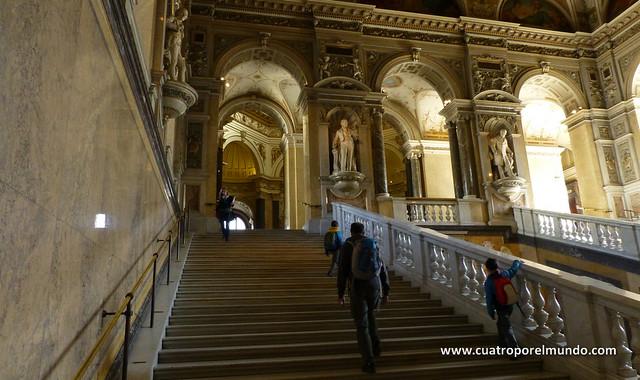 Escalera de acceso al segundo piso del museo, impresionante
