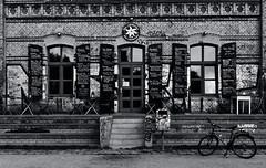Das Edelweiss (La letra calma) Tags: city urban blackandwhite bw streetart berlin blancoynegro coffee bike bicycle architecture bar kreuzberg arquitectura geometry citylife streetphotography bicicleta bn streetphoto edelweiss geometría socialphoto