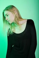 Vert (Louise Rossier) Tags: portrait studio noir vert blonde mode couleur fond gélatine