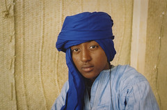 (Mark William Brunner) Tags: africa blue portrait man west film sahara youth canon eyes desert kodak mali portra tuareg 1740l essakane festivalaudesert timbuctou markbrunner