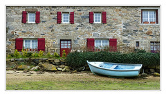 La maison du marin -  The house of the sailor (diaph76) Tags: france bret finistère extérieur paysage landscape maison house fenêtres windows barque boat mur wall construction façade