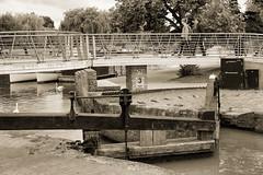 Stratford-upon-Avon: Lock connecting the canal with the river. (wwwuppertal) Tags: stratforduponavon warwickshire greatbritain grosbritannien england uk unitedkingdom vereinigteskönigreich british englishness sw schwarzweis bw blackandwhite noiretblanc blancetnoir monochrome monochrom toned getont tonung toning fujifilmxpro1 fujinonxf35mmf2rwr fujifilmxsystem fluss river avon warwickshireavon shakespearesavon stratforduponavoncanal lock schleuse narroboats narrowboats 50mmequivalent