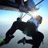 Aquí os dejamos esta simpática foto del primer salto en paracaídas de nuestra amiga Ana. Como podeís ver no lo esta disfrutando nada..😂😂😂  Enhorabuena !!!@anna_barrachina    #caidalibre #sensation #skymad #feeleverithing #skydivemadrid #venasa