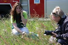 08-06-2013 gewonde moederzwaan Buitenwoellaan Veendam (33) (Michael Huising) Tags: water boot swan brandweer firebrigade zwaan gjj